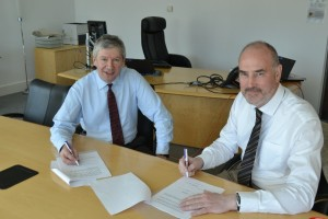 Ashley Pringle and Dr Bill Maxwell signing the Framework Agreement