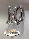 10 ballons and cake
